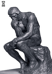 'The Thinker' di Auguste Rodin nella versione di Paul The Wine Guy