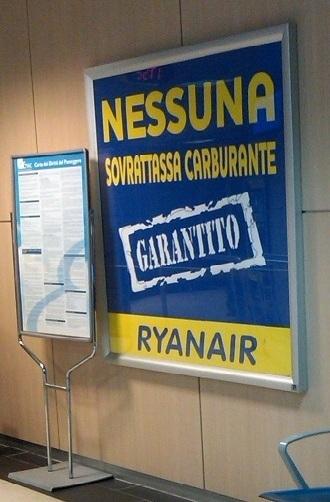 Un manifesto Ryanair dietro la Carta dei Diritti del Passeggero dell'ENAC